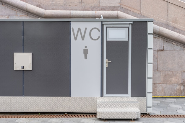 현대 공중 화장실 외관 야외 현대 화장실 금속 건물 야외 화장실 표시
