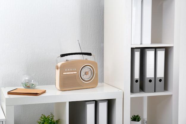 Современное радио на полке в комнате