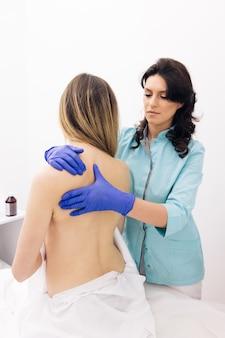 女性クライアント理学療法を伴う現代のリハビリテーション理学療法労働者は患者を改善します
