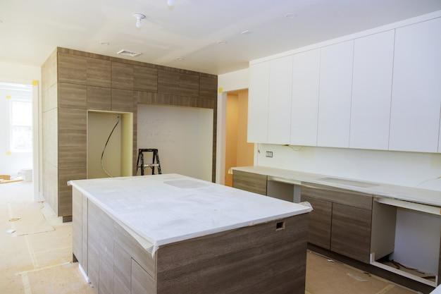 Современный отремонтированный дом на современной мебели на кухне