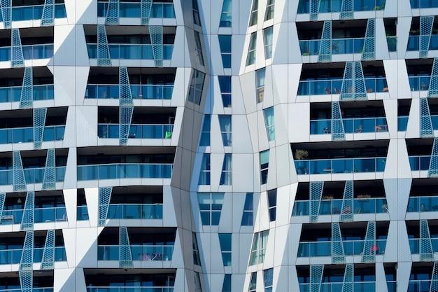窓とバルコニーロッテルダムのあるモダンな住宅のファサード