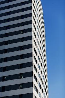 青い空を背景にしたモダンな住宅。モーゲージ