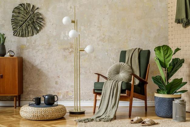 Современная ретро-композиция интерьера гостиной с дизайнерским креслом, пуфом, чайником на подносе, растением, пледом, ковром, украшениями и элегантными личными аксессуарами в концепции ваби-саби.