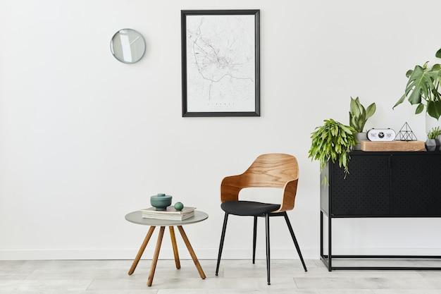 デザインチェア、コーヒーテーブル、植物を使った家のインテリアのモダンでレトロなコンセプト