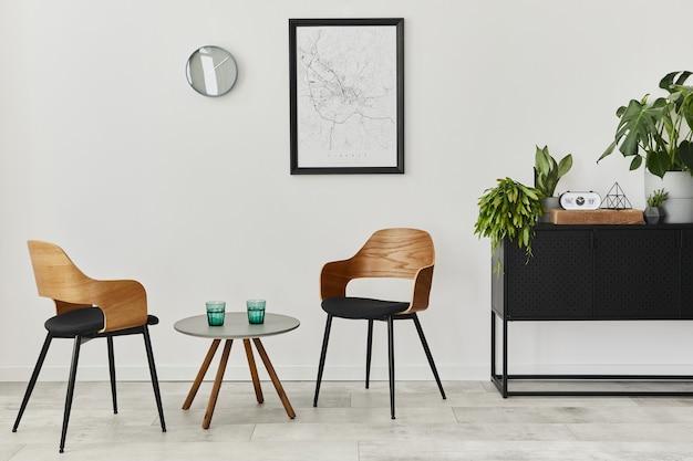 Современная ретро-концепция домашнего интерьера с дизайнерскими стульями, журнальным столиком, комодом, растениями, макетом карты плаката, украшениями и личными аксессуарами. стильный домашний декор гостиной.