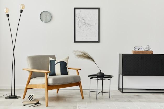 Современная ретро-концепция домашнего интерьера с дизайнерским серым креслом, журнальным столиком, комодом, растениями, макетом карты плаката, ковром и личными аксессуарами. стильный домашний декор гостиной.