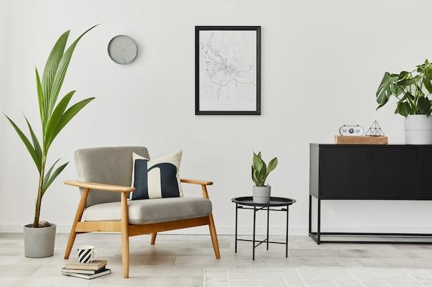 デザイン灰色のアームチェア、コーヒーテーブル、箪笥、植物、モックアップポスターマップ、カーペット、個人用アクセサリーを備えた家のインテリアのモダンなレトロなコンセプト。リビングルームのスタイリッシュな家の装飾。
