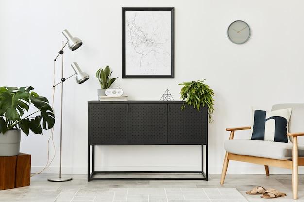 グレーのアームチェア、コーヒー テーブル、植物、地図、カーペット、身の回りのアクセサリーをデザインした、家のインテリアのモダンでレトロなコンセプト。リビング ルームのスタイリッシュな家の装飾。