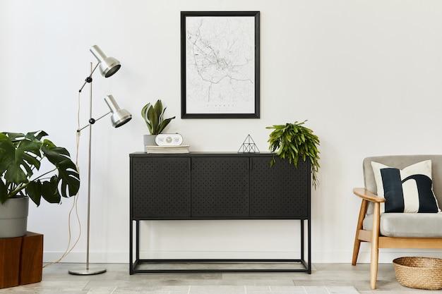 Современная ретро-концепция домашнего интерьера с дизайнерским серым креслом, журнальным столиком, растениями, макетом карты плаката, ковром и личными аксессуарами. стильный домашний декор гостиной.