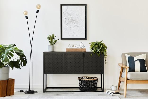 Современная ретро-концепция домашнего интерьера с дизайнерским серым креслом, журнальным столиком, растениями, картой-плакатом, ковром и личными аксессуарами. стильный домашний декор гостиной.