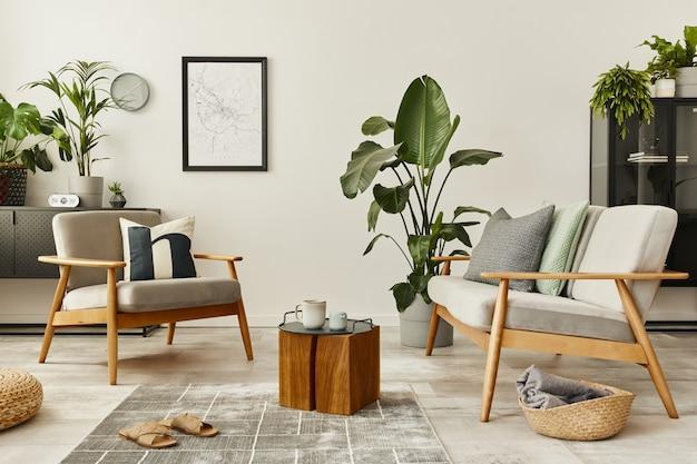 Современная ретро-концепция домашнего интерьера с дизайнерским диваном, креслом, журнальным столиком, растениями, макетом карты плаката, ковром и личными аксессуарами. стильный домашний декор гостиной.