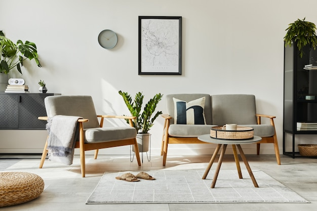 デザインソファ、アームチェア、コーヒーテーブル、植物、モックアップポスターマップ、カーペット、個人用アクセサリーを備えたホームインテリアのモダンなレトロなコンセプト。リビングルームのスタイリッシュな家の装飾。