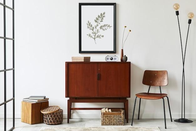 Современная ретро-концепция интерьера гостиной с дизайнерским комодом из тикового дерева, черной рамкой для плаката, часами, стулом, украшением, деревянным кубом, книгой, лампой, белой стеной и личными аксессуарами. шаблон.