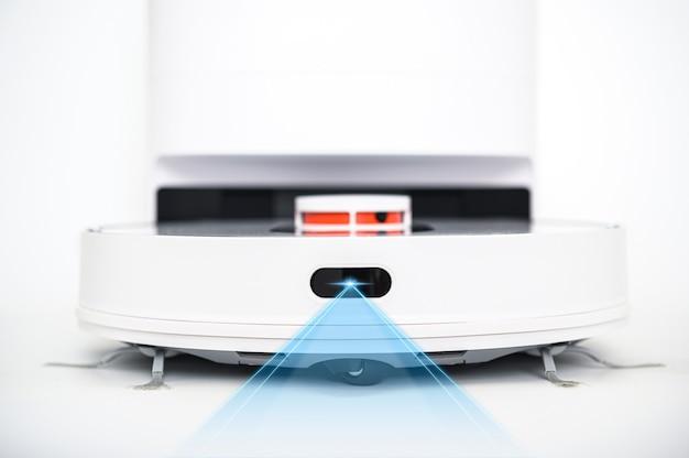 흰색 배경에 고립 된 현대 로봇 진공 청소기