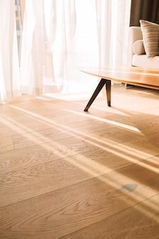 Современный интерьер комнаты с открытым окном в стиле минимализм прозрачный тюль с лучами утреннего солнца