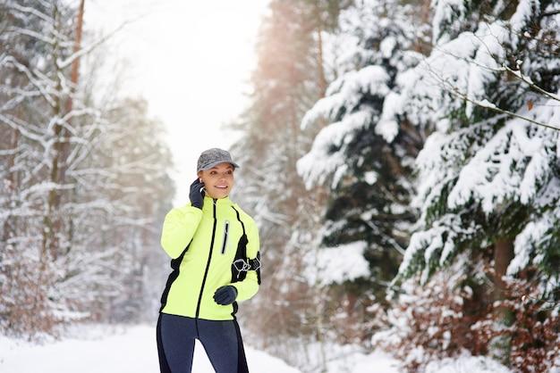 Современный бегун в зимнем лесу