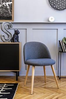 Современный интерьер дома scandi с макетом постера, деревянным комодом и личными аксессуарами