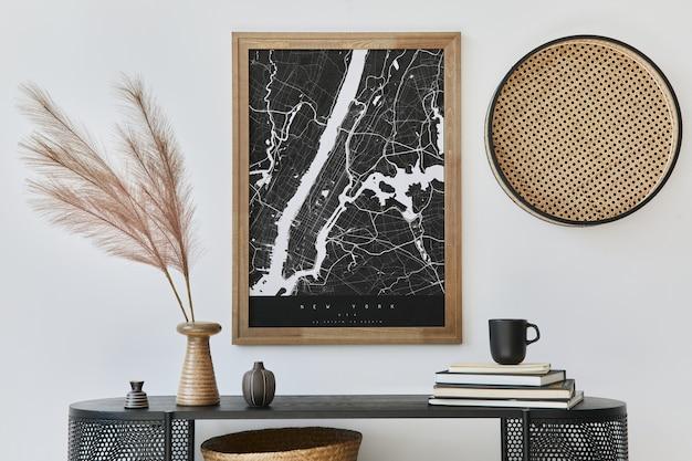 디자인 나무 옷장, 추상 회화, 꽃병 깃털, 책 및 세련된 가정 장식의 개인 액세서리가있는 현대 스칸디나비아 홈 인테리어.