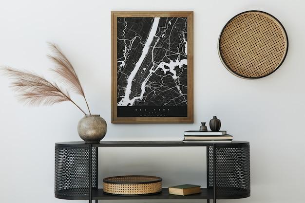 디자인 나무 옷장,지도, 꽃병 깃털, 책 및 세련된 가정 장식의 개인 액세서리와 함께 현대 스칸디나비아 홈 인테리어 ..