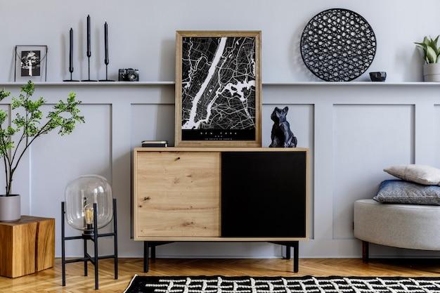 Современный скандинавский домашний интерьер с макетом рамки для плаката, дизайнерским деревянным комодом, лампой, цветами, украшениями, растениями, полкой и личными аксессуарами в стильном домашнем декоре.