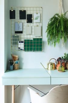 Современный скандинавский интерьер домашнего офиса с шаблоном дизайна таблицы