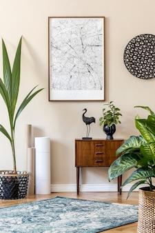 Современный скандинавский интерьер гостиной с коричневой рамкой для плакатов, дизайнерским ретро-комодом, декором из ротанга, ковром, растениями, картами и элегантными аксессуарами. . стильная домашняя постановка. джапанди.