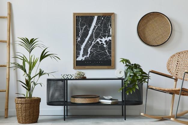 프레임, 디자인 옷장, 꽃병 잎, 등나무 안락 의자, 책 및 세련된 가정 장식의 우아한 액세서리가있는 현대 스칸디나비아 거실 인테리어 ..