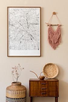 프레임, 디자인 복고풍 옷장, 마크라메, 등나무 장식 및 우아한 개인 액세서리가있는 현대적인 스칸디나비아 거실 인테리어. japandi. 세련된 가정 장식. 베이지 색 벽