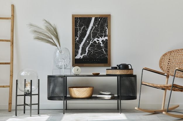 그림 프레임, 디자인 옷장, 꽃병에 잎, 등나무 안락 의자, 책 및 세련된 가정 장식의 우아한 액세서리가있는 현대 스칸디나비아 거실 인테리어.