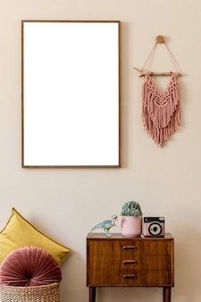 ポスターフレーム、デザインのレトロなトイレ、マクラメ、カラー枕、エレガントなパーソナルアクセサリーを備えたモダンなスカンジナビアのリビングルームのインテリア。ジャパンディ。スタイリッシュな家の装飾。ベージュの壁