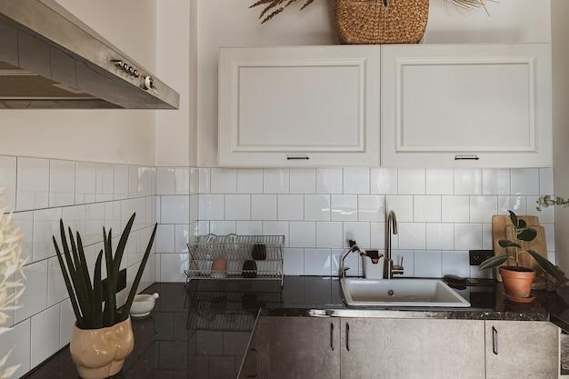 モダンなスカンジナビアスタイルのホームキッチンのインテリアコンセプト。居心地の良い快適な自由奔放に生きるインテリアデザイン。