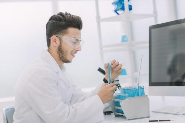 現代の科学者は、液体で試験管を調べます。科学と健康