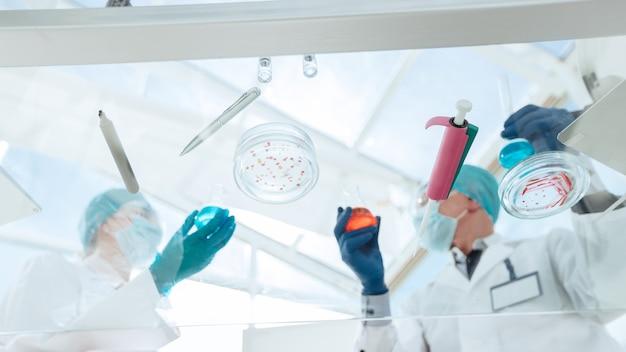 現代の科学者や医師は医療研究所で働いています。コピースペース付きの写真。