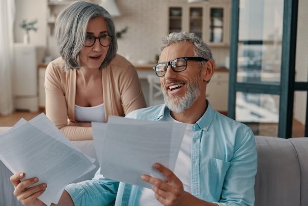 집에서 함께 결합하는 동안 그들의 세금을 돌보는 캐주얼 의류에 현대 수석 부부