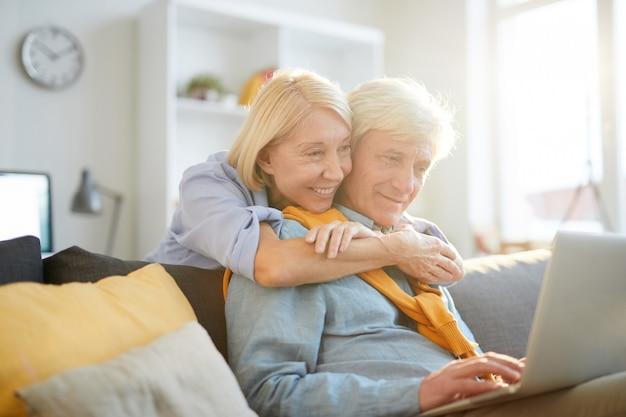 愛の現代の年配のカップル