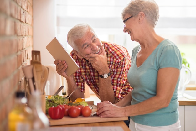 부엌에서 시간을 보내는 현대 노인 부부
