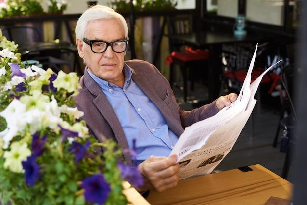 Современный старший мужчина, наслаждаясь утром на пенсии