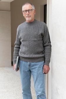 Современный старший мужчина на открытом воздухе
