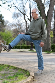 公園でリラックスした現代の年配の男性