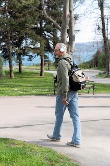 Uomo maggiore moderno che si rilassa nel parco