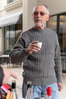 Uomo anziano moderno nella comunità urbana