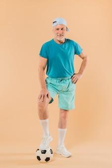 Современный старший мужчина с футболом