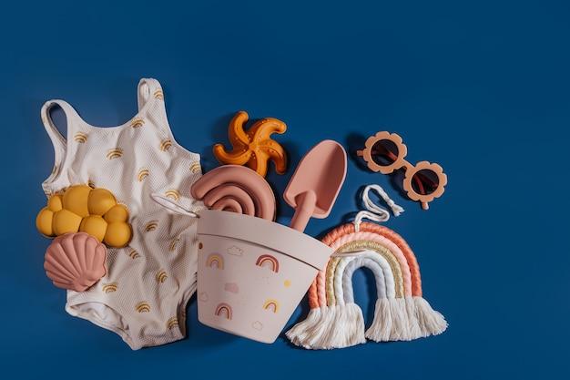 水着、サングラス、ビーチおもちゃで夏休みにぴったりのモダンなセット。子供のためのビーチアクセサリー。