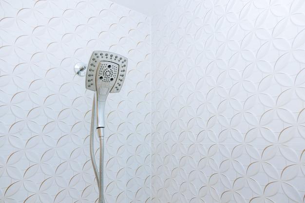 Современная насадка для душа в ванной комнате с новым строительством дома