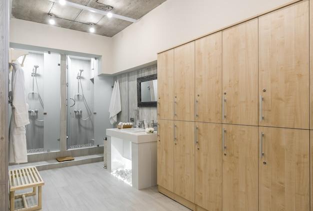 Интерьер современной душевой комнаты со шкафами