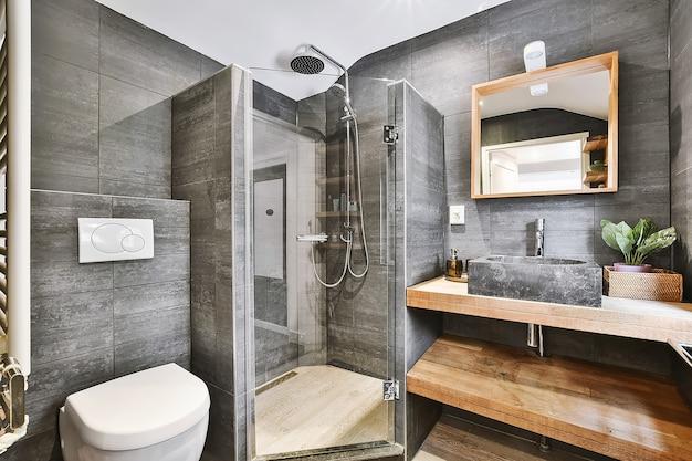 Современная душевая кабина в светлой ванной комнате