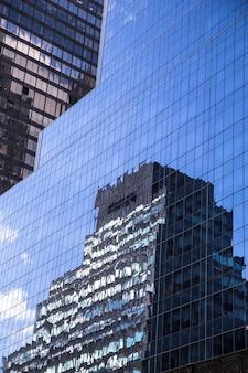 유리 뉴욕시 미국에 현대적인 마천루 비즈니스 사무실 건물 반사