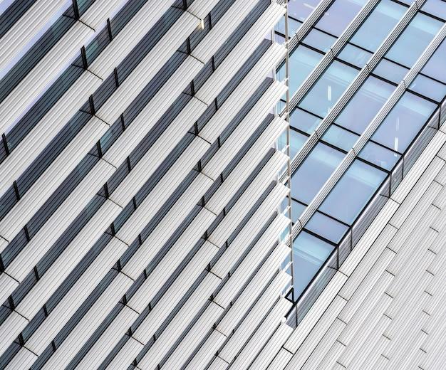 낮 동안 많은 창문이있는 현대적인 마천루