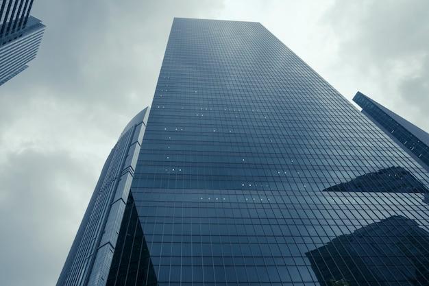 현대적인 고층 빌딩과 극적인 비오는 하늘