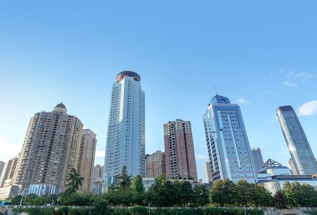 중국 구이양(guiyang)의 비즈니스 지구에 있는 현대적인 고층 빌딩.